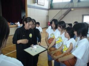 平成20年『JOMOクリニック(現在はJX)』。アテネオリンピックの女子バスケットボールチームのキャプテン大山妙子さんに、4回も出張コーチをお願いできました。アテネ5番の紺野麻里さんにも来てもらえました。